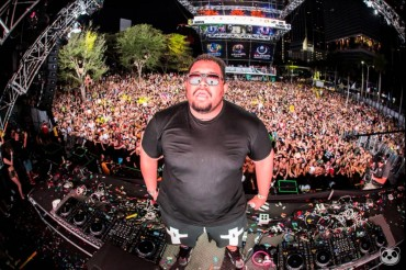 Carnage Shoots $10,000 Cash Out Of Confetti Cannons